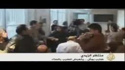 منتظر الزيدي يتعرض للضرب بالحذاء من عملاء للنظام العراقي