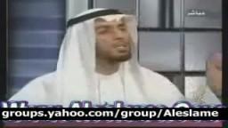 مذيع الجزيرة لا يتمالك نفسه من الضحك امام الشيخ محمد العوضي