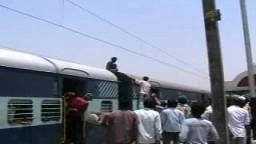هندي يمسك خط كهرباء مرعب
