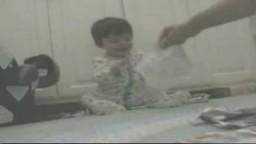 طفل يضحك ضحك غير عادي
