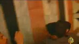 شاب فلسطيني يهاجم توني بلير لفظيا ويستنكر دخوله الحرم الإبراهيمي بعد جرائمه هو وحليفه بوش على العراق