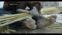 فلسطيني يتمسك بصناعة المكانس اليدوية