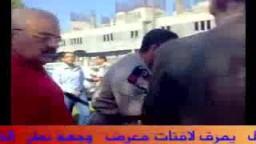 عميد طب بيطرى يمزق لافتات معرض أقامه طلاب الإخوان  المسلمين  بالدقهلية