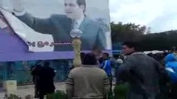 التونسيون يحرقون صور الرئيس التونسي الهارب بن علي