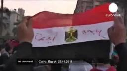ضابط شرطة ينضم لصفوف المتظاهرين في يوم الغضب المصري مع عنف أمنى شديد ضد المتظاهرين