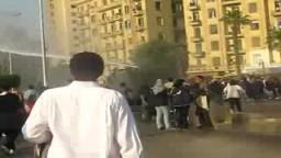 رش المتظاهرين بالمياة والغازات الخانقة