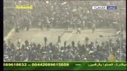 بلطجية وضباط شرطة يشتبكون مع المتظاهرين بميدان التحرير لتفريقهم