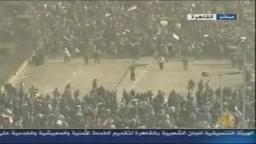 عاجل شهود عيان من ميدان التحرير- الأمن يرتدي لبس مدني ويهجم بالخيول والجمال  والأسلحة على المتظاهرين