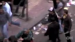 مشاهد للبلطجية يحملون السيوف والأسلحة للإعتداء على المتظاهرين السلميين بالتحرير