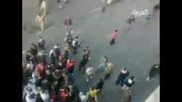 شاهد سيارة أمن  تدهس عددا من المحتجين في القاهرة