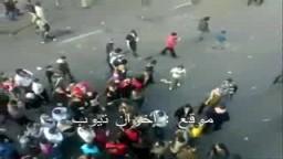 مشهد مروّع : سيارة شرطة تدهس المتظاهرين فى جمعة الغضب