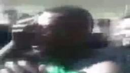 المتظاهرون الليبيون يلقون القبض على أحد المرتزقة الأفارقة في بنغازي