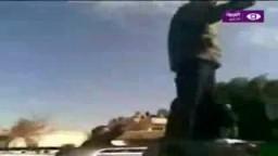 سيف الإسلام القذافي يحمل السلاح ويحرض على القتال