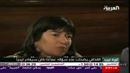 القذافي يضحك عند سؤاله عما إذا كان سيغادر ليبيا