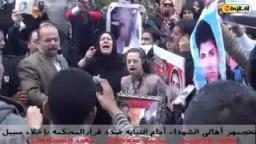 أهالي شهداء الثورة يتجمهرون أمام المحكمة للمطالبة بالقصاص من الضباط