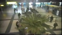 مباحث المطار تصور مأمور جمرك يحاول تهريب 27 كيلو ذهباً.