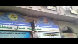 متظاهرو أحد الجلاء في دوما يسقطون صورة الديكتاتور الأب _سوريا