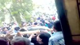 المتظاهرون ينقلون جثث الشهداء إلى المسجد في يوم الجمعة العظيمة بسوريا