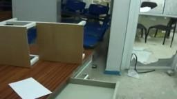 الثورة اليمنية- شاهد  قوات الأمن تنهب مستشفى الصفوة العام بتعز بعد اقتحامها