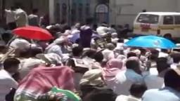 اليمن-- الصلاة في ساحة الحرية في تعز تحت النار