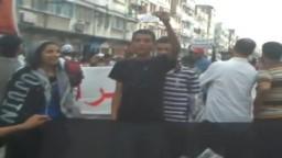 المغاربة يمزقون البطاقات الانتخابية اعتراضا على الدستور الجديد الذي يؤله الملك