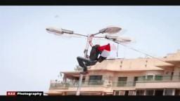 شاب مصري يتسلق عمود إنارة رافعاً علم مصر - 8 يوليو