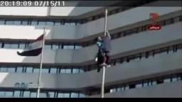 ثوار الاسكندرية يقوموا بتمزيق علم الداخلية المعلق على بوابة مديرية الامن بسموحة