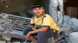 ليبيا - طفل ليبى حر يغنى على أنقاض بيته