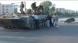 سوريا - حماه - وقوف بعض الدبابات مع الأهالي هام 31-7