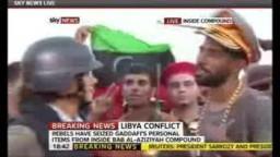 ليبي يرتدى قبعة القذافي