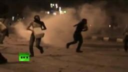 قناة روسيا اليوم الانجليزية : مشهد تبادل قنابل الملتوف بين المتظاهرين و الامن المركزى امام السفارة الصهيونية