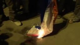 سوريا | سقبا : أهالي سوريا يحرقون العلم الروسي ردا على الفيتو الروسي الذي عطل قرار إدانة نظام بشار بالأمم المتحدة