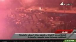 الأقباط يرشقون رجال الجيش بالحجارة ويحرقون المدرعات أمام ماسبيرو