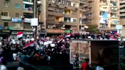 """هتافات المسيرة تدوي في شارع التحرير   الشعب يهتف """" مطلب واحد للجماهير... تسليم السلطة في ابريل"""