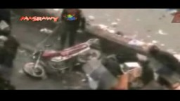 قوات الامن تشعل النار في دراجة بخارية اثناء فض ميدان التحرير