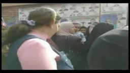 الناخبون يهتفون فى مدرسة أنس بن مالك بمدينة بدر بسبب تأخر فتح باب التصويت للساعة الحادية عشر صباحا