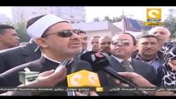شيخ الأزهر يقف في الطابور ويدلي بصوته في الانتخابات 2011