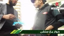 احد انصار حزب النور يحاول اقناع الناخبين  بتأيدد طارق طلعت مصطفى