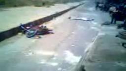 للكبار-- أحد ضباط الأسد  يدهس رأس مواطن بالدبابة