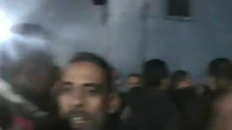 الاهالي بالاسماعيلية يضبطون اوراقا ملقاة خارج اللجنة خاصة بالحرية والعدالة وذلك بعد بداية اعمال الفرز