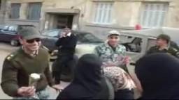 الجيش يوزع الورد على الناخبات فى السويس تقديرًا لمشاركتهن