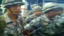 أحد ضباط القوات المسلحة يوجه جنوده قبل الذهاب لحماية المقرات الانتخابية