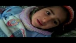 طفلة سورية تستغيث بعد إصابتها