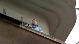 سيدة من البلكونة  تقود مظاهرات متجهه إلى وزارة الدفاع