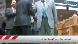 د.مرسى يحاور أحد الأطفال ويعاهده