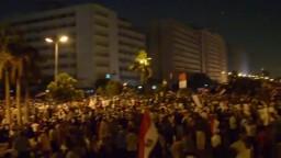 الحشود تخترق وتحاصر دار الحرس الجمهوري