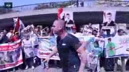 شاب يشغل النار في مسيرة مؤيده للشرعية