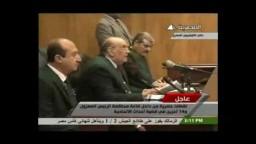 لحظة دخول الرئيس المحكمة والإشارة برابعة