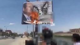 طلاب جامعة المنيا يحرقون صورة السيسى
