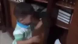 الطفل علي دوابشة قبل استشهاده وهو يقبل القرآن